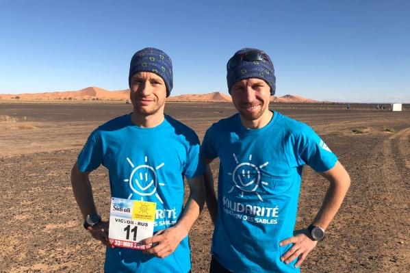 Михаил Козырь (справа) пробежал дистанциюза 26 часов 3 минуты, а Виктор Красноусов (слева) — за 26 часов 6 минут
