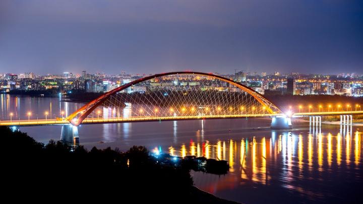 На Бугринском мосту сделают новые прожекторы: старые не работали несколько лет
