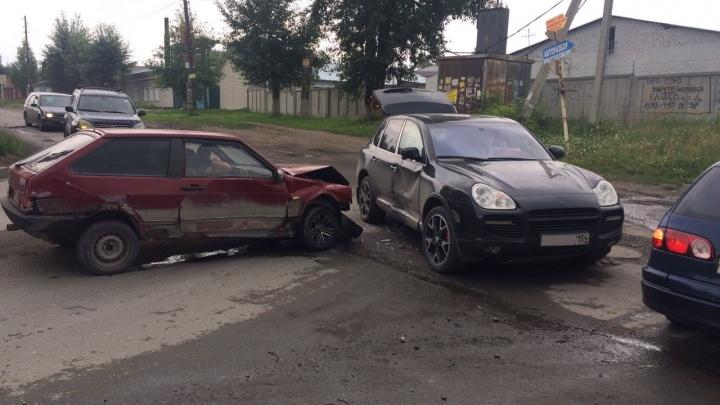 «Восьмерка» устроила дорогое ДТП в Октябрьском районе