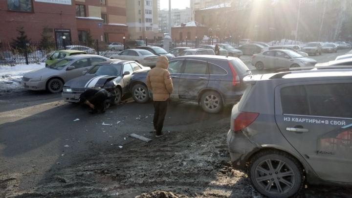 Авария с двумя машинами полностью перекрыла улицу в центре Новосибирска