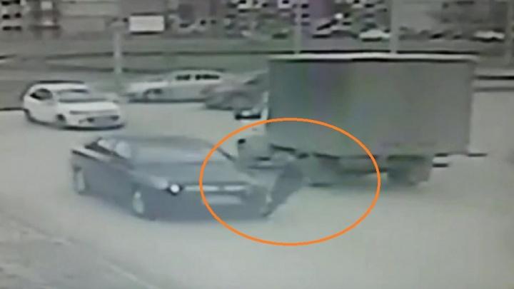 Молча отвез домой: в Волжском задержали водителя, сбившего на переходе ребенка