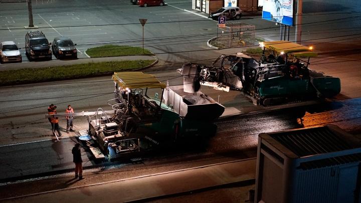 В Омске отремонтируют 163 проезда, среди них — дорога, которую чинил мальчик с лопаткой