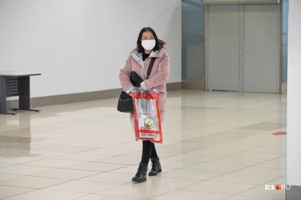 Людей в масках сейчас можно встретить по всему городу. Рассказываем, почему они ошибаются