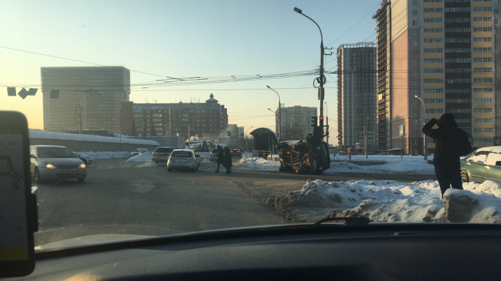 УАЗ лёг на бок после столкновения с Subaru на пересечении Писарева и Ипподромской