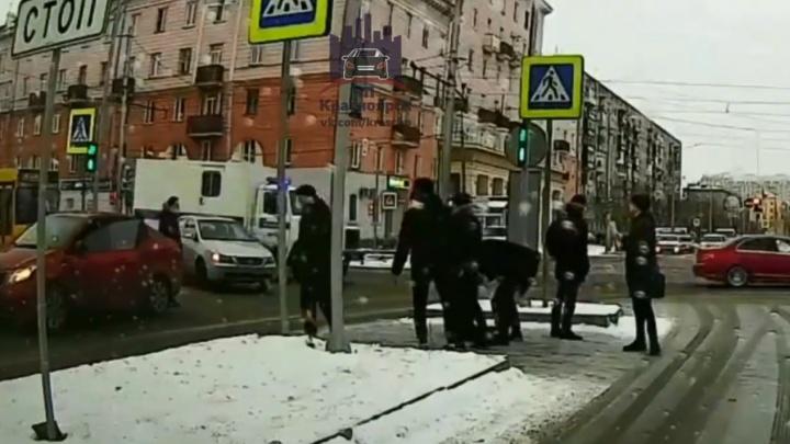 Видео: агрессивный водитель набросился на пешехода, переходящего улицу на зеленый