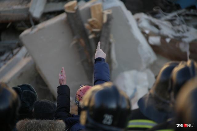Жители считают, что спасатели работают медленно