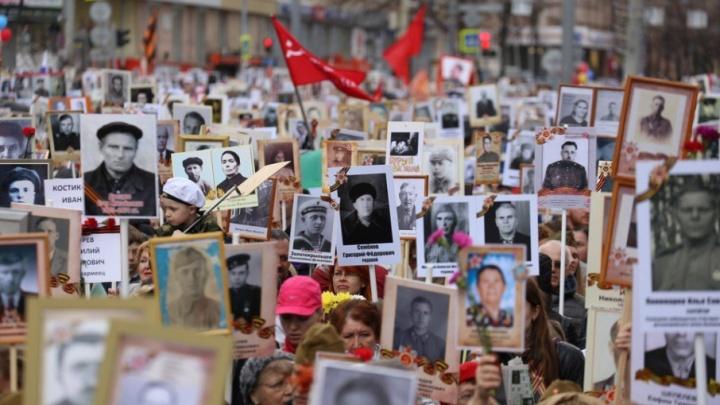 Под собственным знаменем: смотрим лучшие снимки с шествия «Бессмертного полка» в Челябинске