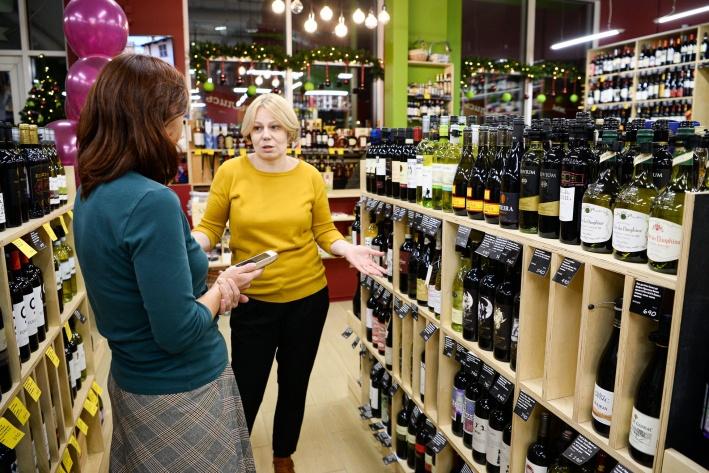При прочих равных среди незнакомых ему марок покупатель выберет бутылку и интересной этикеткой