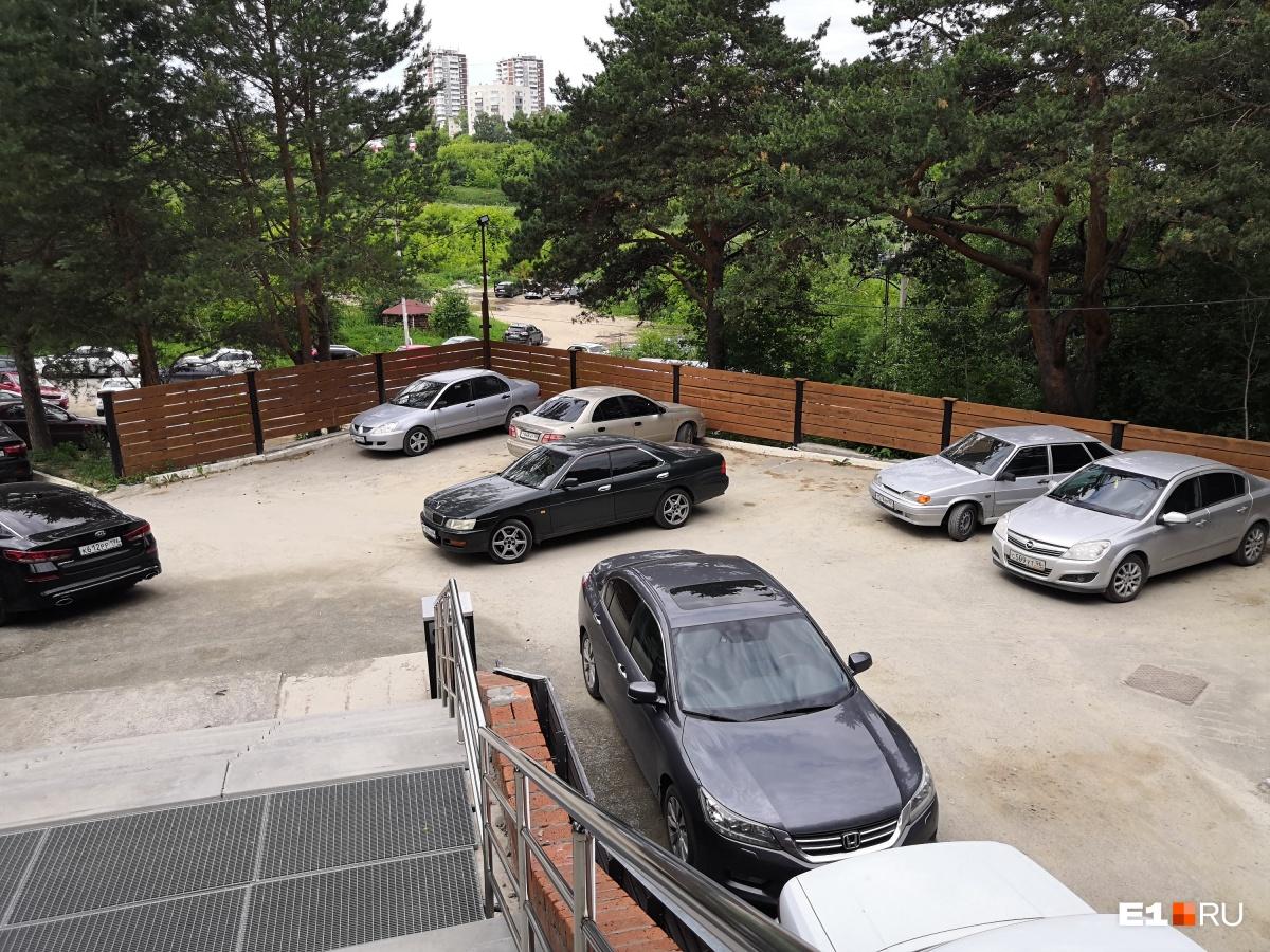 Мест всем на парковке в жаркий выходной день может не хватить