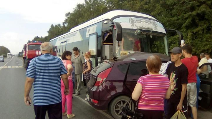Hyundai поворачивал: на Велижанском тракте столкнулись автобус и легковушка