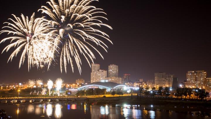 Беснования под «Би-2», фанаты на крышах и фейерверк поздравлений: как Челябинск отметил День города