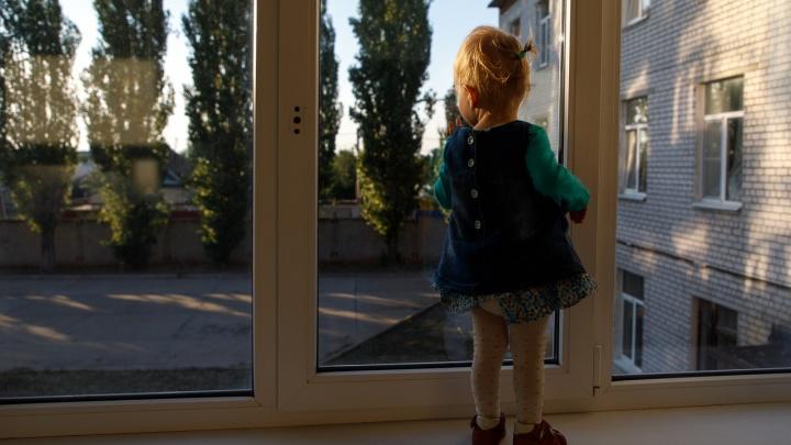 «Пьяная бабушка спала»: в Волгограде официантка спасла в кафе голую пятилетнюю девочку от педофила