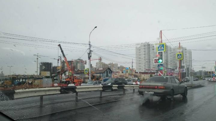 Три ночи подряд возле Dommer перекрывают дорогу из-за строительства нового пешеходного моста