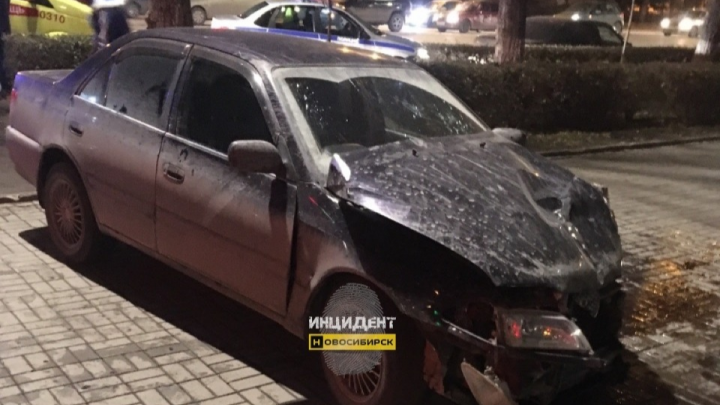 В Ленинском районе «Тойота» задела «Лексус» и врезалась в ограждение