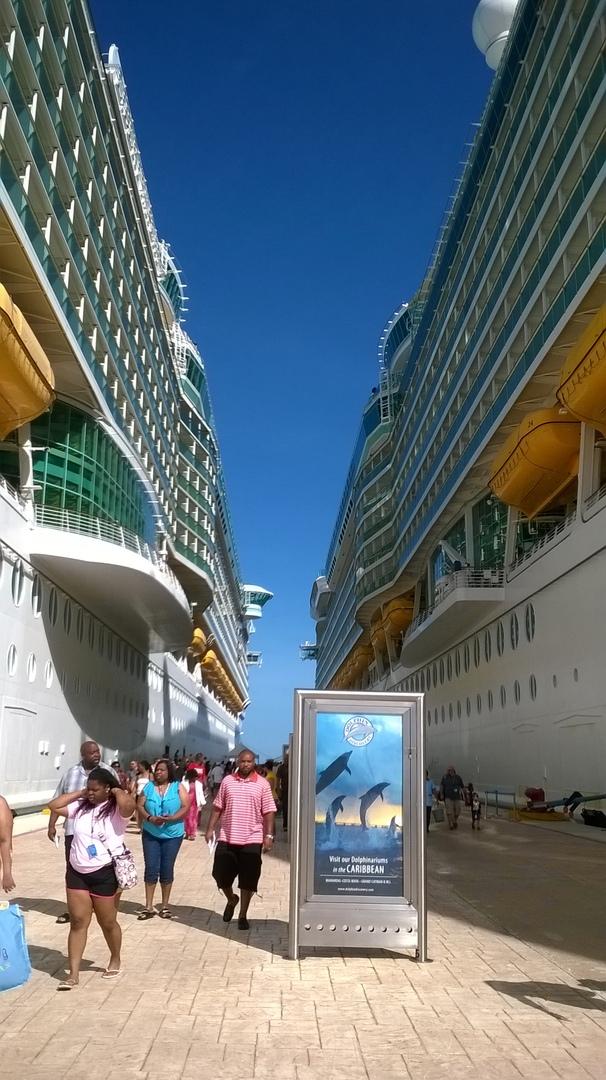Кажется, что на фото — улица между двумя зданиями, а это два корабля стоят рядом в порту