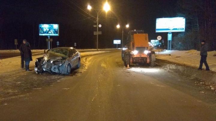 На Бердском шоссе «Тойота» влетела в грейдер