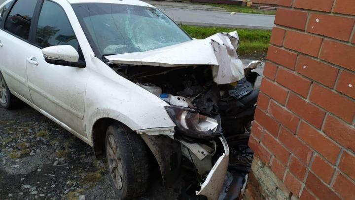 На Урале погиб водитель небольшого трактора, в который врезалась вылетевшая на встречку Lada