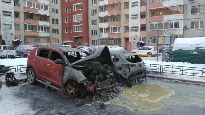 На Московском тракте ночью подожгли два автомобиля KIA. Это второй случай за три дня