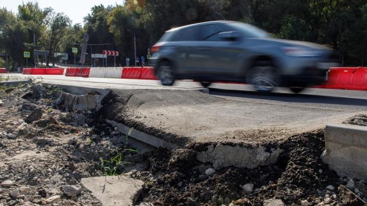 «Ямы для спецтехники»: лунки на Нулевой Продольной Волгограда сделали ради ремонта