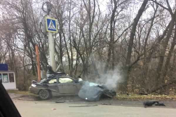 Автомобиль от удара разделило на две части