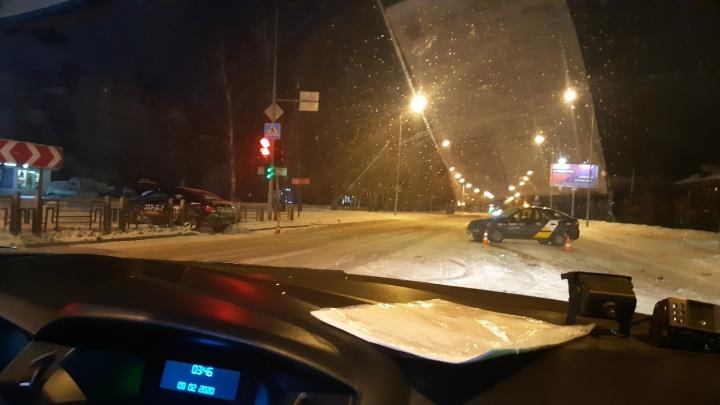 На Харьковской Lada Grantа столкнулась с двумя такси, виновник ДТП бросил машину и сбежал