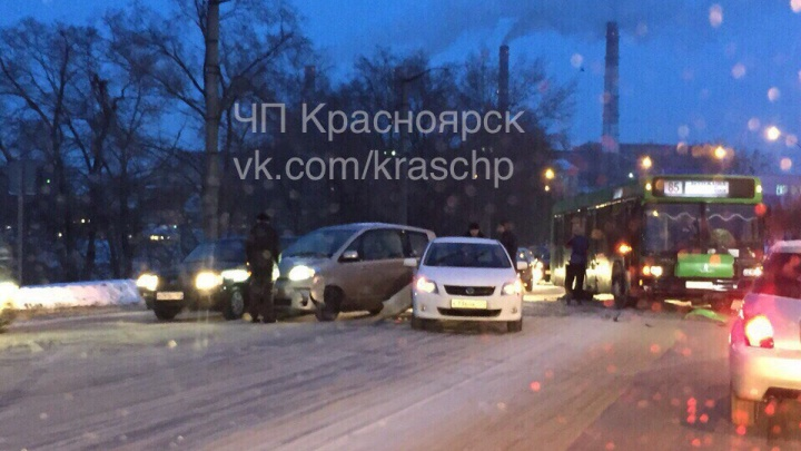 Три машины и автобус сошлись в аварии у Шинного моста