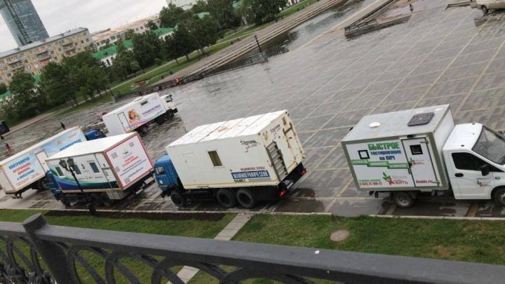 На Плотинке встали мобильные медпункты: екатеринбуржцев позвали бесплатно сделать маммографию и ЭКГ