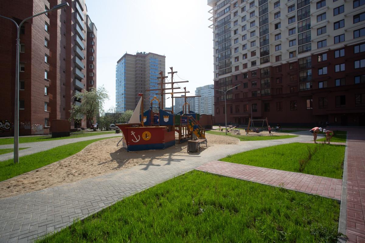 Для детей установлен оригинальный игровой комплекс в виде корабля