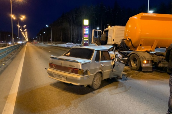 Lada влетелапод грузовик с топливом