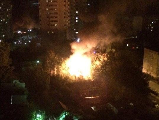 На улице Адриена Лежена загорелся гаражный комплекс