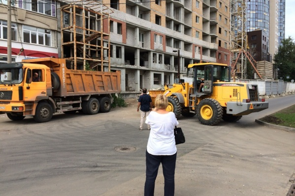 К зданию приехала строительная техника