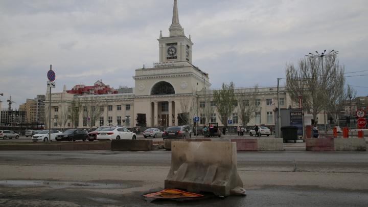 В центре Волгограда перед вокзалом не выдержал нагрузки и просел колодец