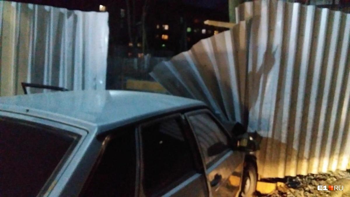 В Пионерском Lada на скорости влетела в забор: публикуем видео погони