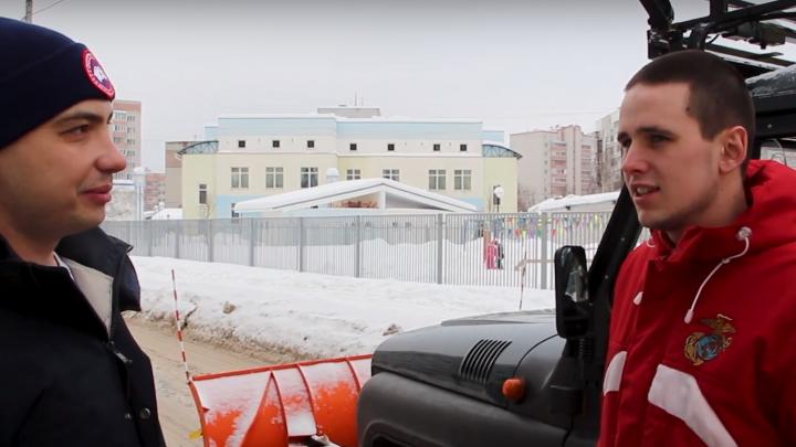 «Выезжаю через день»: ярославец, который бесплатно чистит город на уазике, рассказал о своей работе