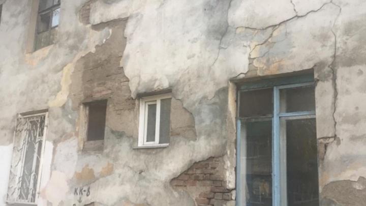 «Приезжать сюда опасно»: на Мечникова люди живут в доме, который должны были расселить 3 года назад