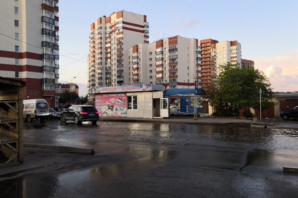 В Красноярске из-за аварии затопило дорогу на улице Менжинского