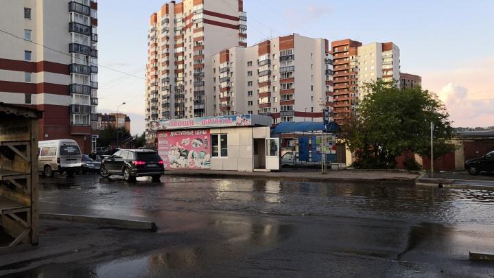 Из-за коммунальной аварии вода затопила дорогу и дворы на Менжинского