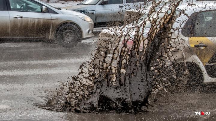 Пробили дно: челябинцы с приходом весны начали убивать колёса на отремонтированной недавно дороге