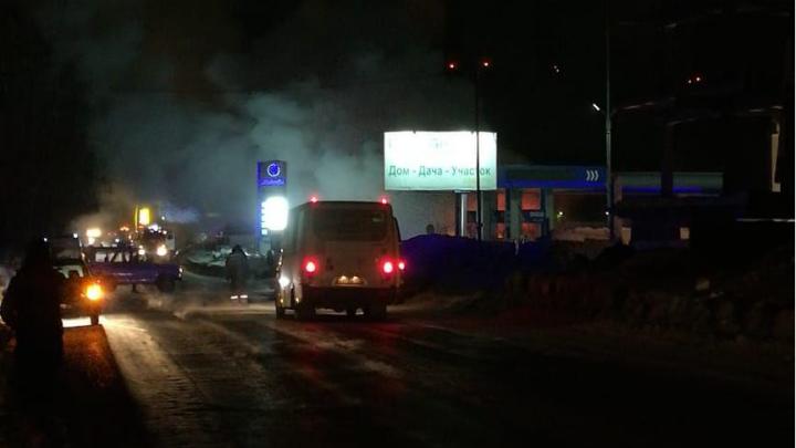 У ТЭЦ-5 загорелась заправка — полиция перекрыла дорогу, собралась пробка