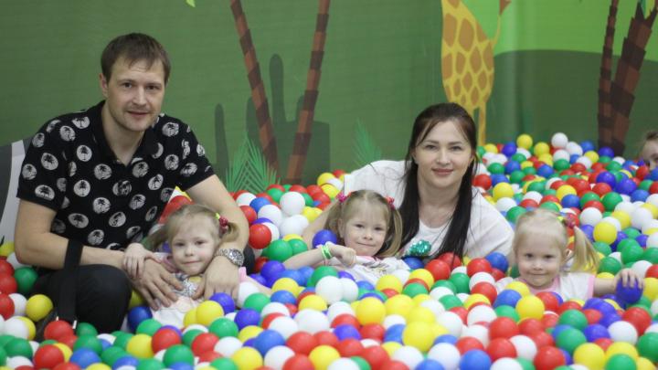 «Будто обслуживающий персонал»: молодая мама рассказала, как не сойти с ума, воспитывая тройняшек
