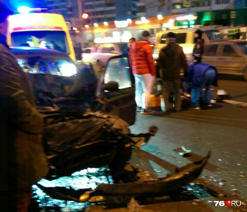 По предварительной информации, водитель иномарки вылетел на перекрёсток под красный сигнал светофора