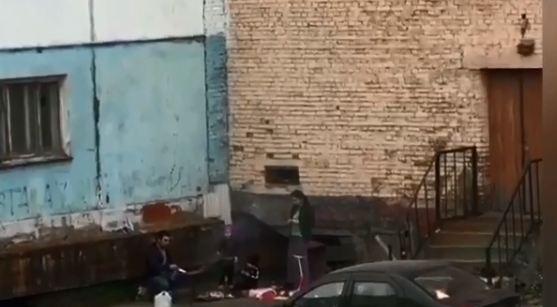 Семья из Норильска жарила шашлык во дворе дома и вызвала жаркие споры об уместности