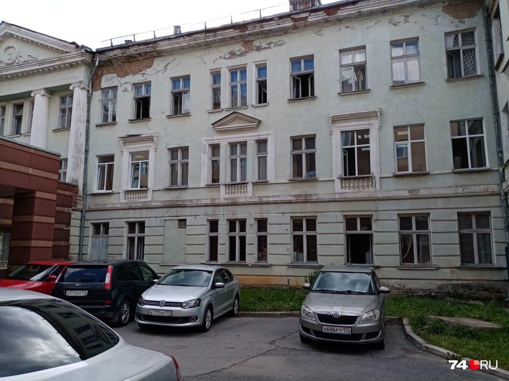 Медсанчасть в Трёхгорном, рассказывают сотрудники, — единственное медучреждение, возможности подработать, как в Челябинске, просто нет