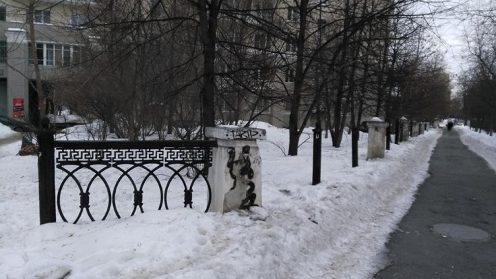 Конец истории? Вместо украденной в центре Екатеринбурга чугунной ограды поставят пластиковую