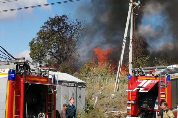 Пламя вспыхнуло на улице Вольской