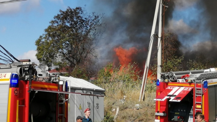 «Тушили два часа»: в Волгограде ликвидировали крупный пожар в Дзержинском районе