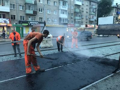 На улице Победы обновляют межрельсовое полотно по новой технологии