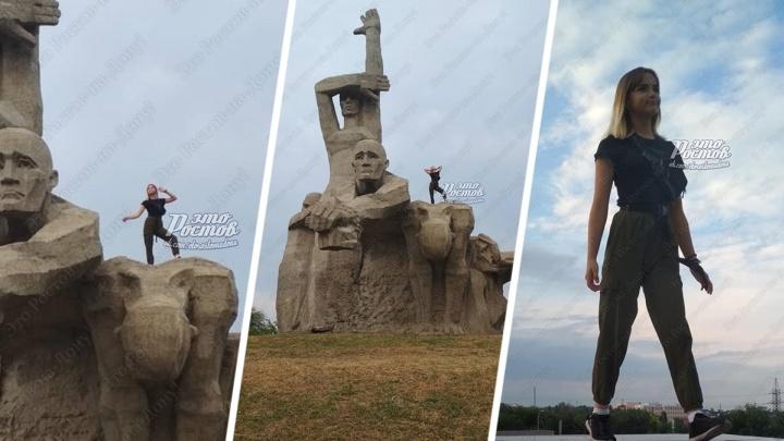 В Ростове девушка залезла на мемориал «Жертвам фашизма» ради эффектных фотографий
