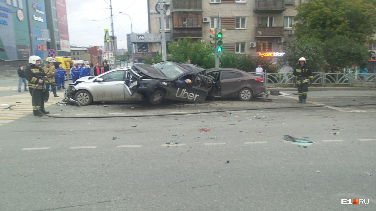 Lada (машина такси) оказалась зажата между двумя автомобилями