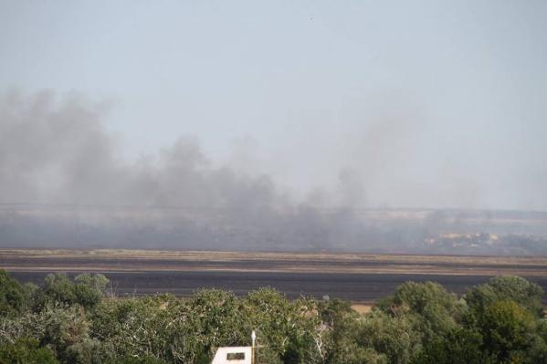 Клубы дыма видны за несколько километров